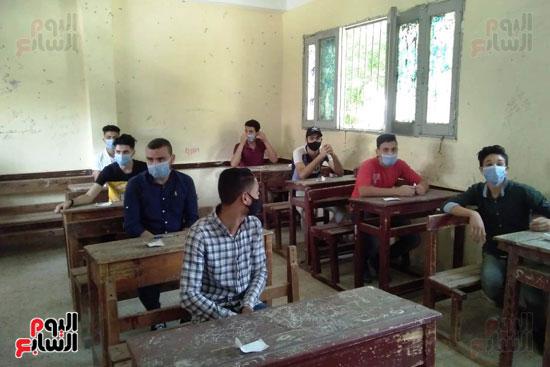 محافظ كفر الشيخ يتابع لجان الثانوية العامة ويشدد على تطبيق الإجراءات (1)