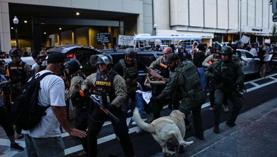 الشرطة الأمريكية تلقى القبض على أحد المتظاهرين