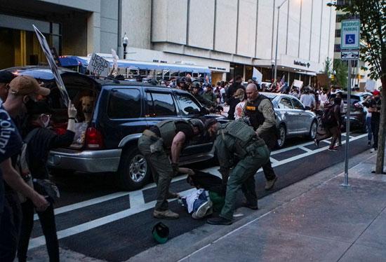 الشرطة تلقى القبض على متظاهر بالقرب من مكان تجمع ترامب بمناصريه