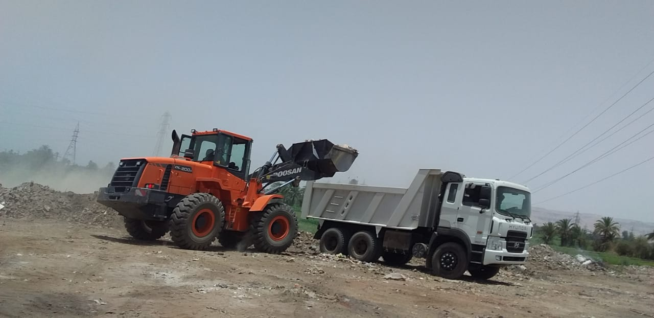 مدينة الزينية تنجح فى رفع 24 طن مخلفات وقمامة بالقرى ووسط المدينة  (1)