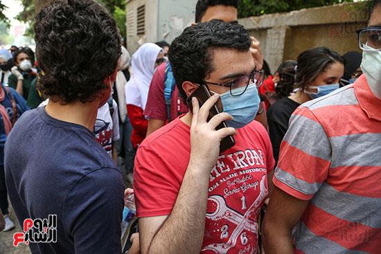 طالب يتحدث قبل تسليم الهاتف