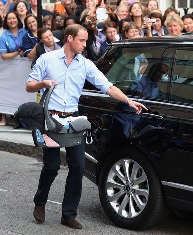 الأمير ويليام يدخل طفله السيارة