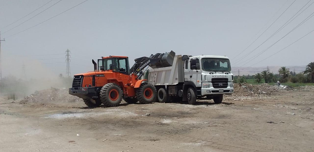 مدينة الزينية تنجح فى رفع 24 طن مخلفات وقمامة بالقرى ووسط المدينة  (2)