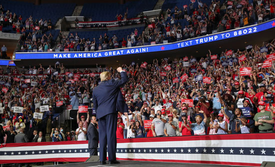 الرئيس الأمريكى يحيى مناصريه