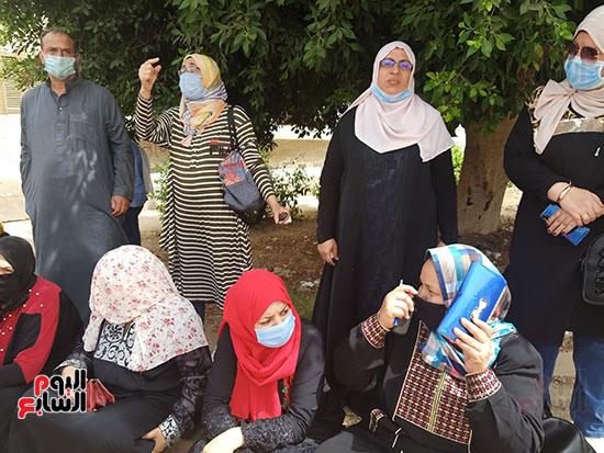 أولياء الأمور ينتظرون أبنائهم أمام لجان الثانوية العامة بالقليوبية  (2)