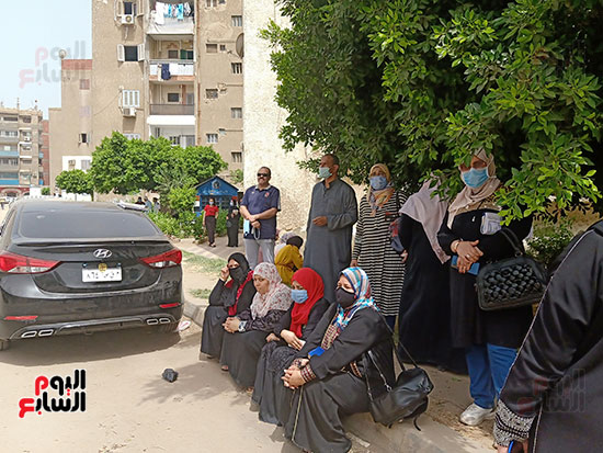أولياء الأمور ينتظرون أبنائهم أمام لجان الثانوية العامة بالقليوبية  (3)