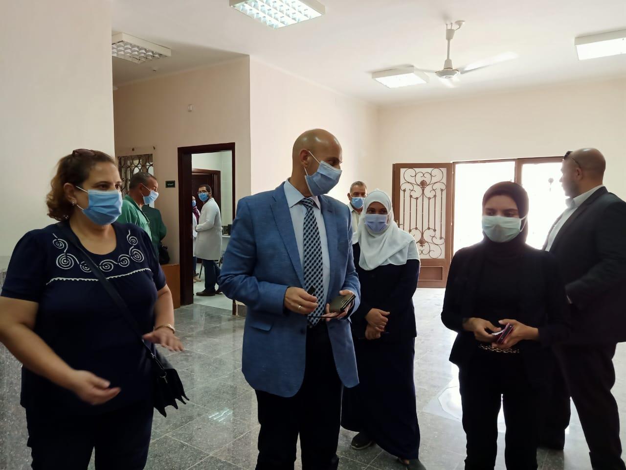 وكيل صحة الشرقية يتفقد المركز الطبى للعزل بالعاشر من رمضان (3)