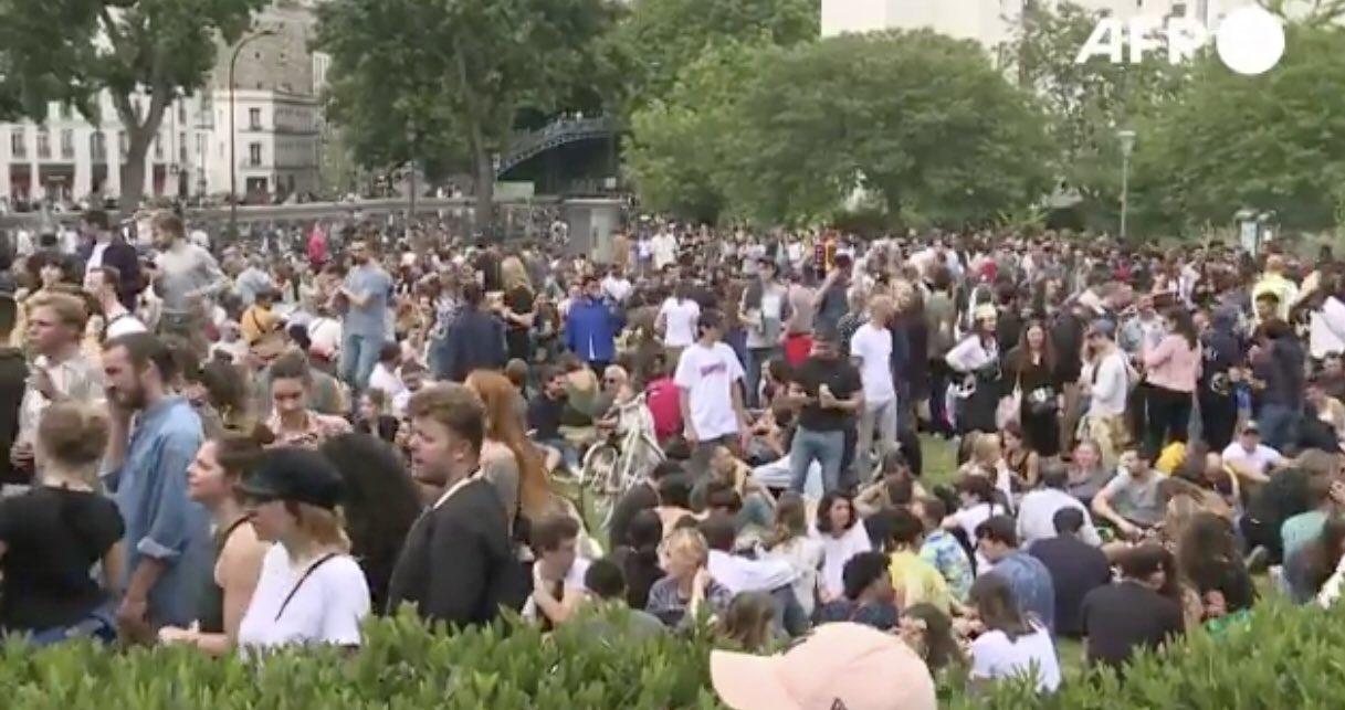 المحتفلون فى شوارع باريس