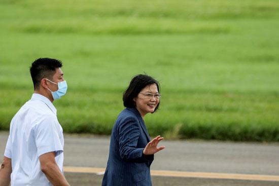 رئيسة تايوان تلقى التحية على الجنود