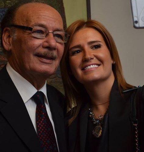 هنا مع والدها