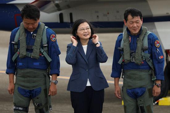 رئيسة تايوان بجوار الطيارين