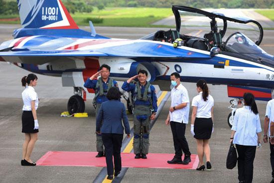 رئيسة تايوان تتوجه نحو الطائرة