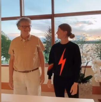 بيل جيتس يرقص مع أبنته جينيفر على تيك توك..فيديو  (3)