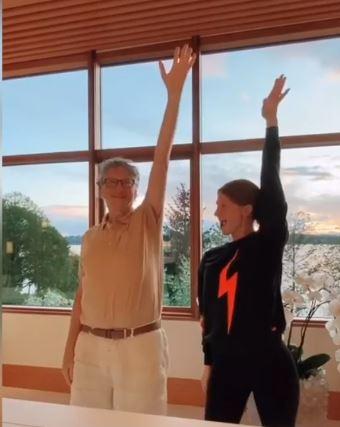 بيل جيتس يرقص مع أبنته جينيفر على تيك توك..فيديو  (1)