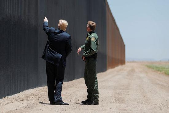 الرئيس الأمريكى يتفقد الجدار الفاصل مع المكسيك