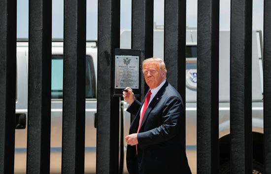 الرئيس الأمريكى دونالد ترامب يتفقد الجدار العازل