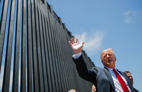 ترامب يحيى الموجودين بالقرب من الجدار