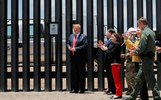 ترامب يتفقد الجدار الفاصل