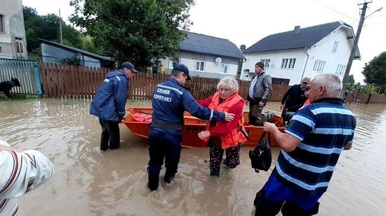 قوات الإنقاذ تحاول مساعدة العالقين