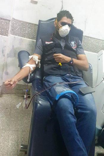 مدير-الطب-الوقائى-بأسوان-يتبرع-ببلازما-الدم--(1)
