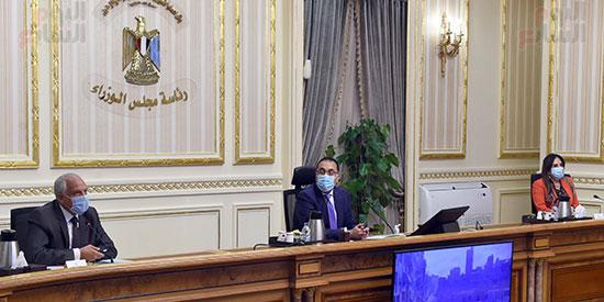 اجتماع رئيس الوزراء لمتابعة الموقف التنفيذي لعدد من المشروعات الجاري تنفيذها في محافظة الجيزة (4)