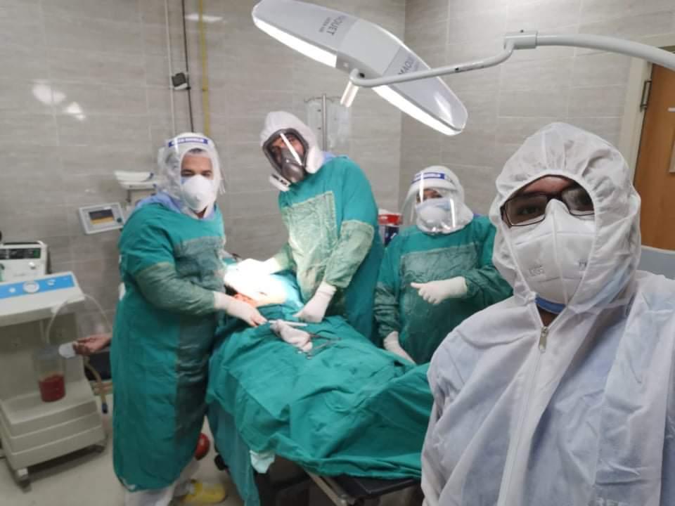 فريق العزل خلال إجراء العملية لسيدة مصابة بكورونا