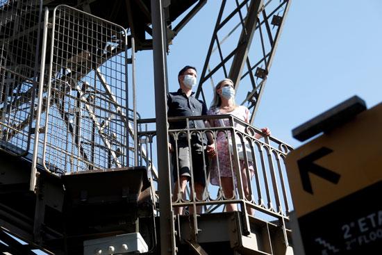 سيدة وزوجها فى برج إيفل
