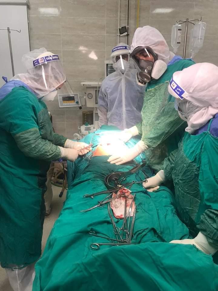 عملية جراحية لسيدة مصابة بكورونا تعانى قرحة منفجرة بالمعدة بمستشفى الأقصر العام