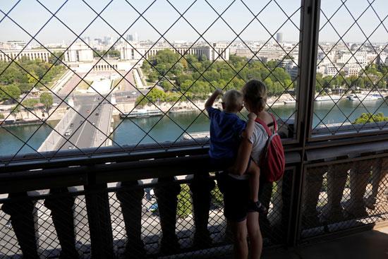 سيدة تحمل طفلها داخل برج ايفل بعد اعادة فتحه