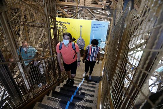 صعود السلم داخل برج ايفل