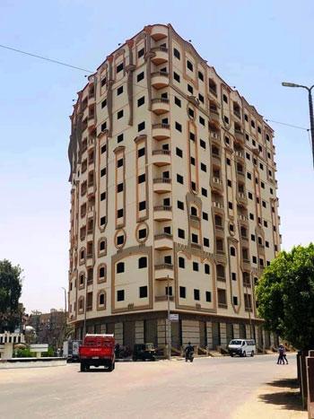برج سكنى مخالف صدر له 12 قرار إزالة يثير أزمة بسوهاج (7)