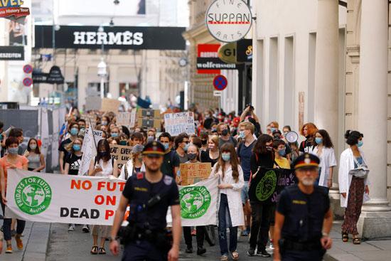المتظاهرون يرفعون لافتات