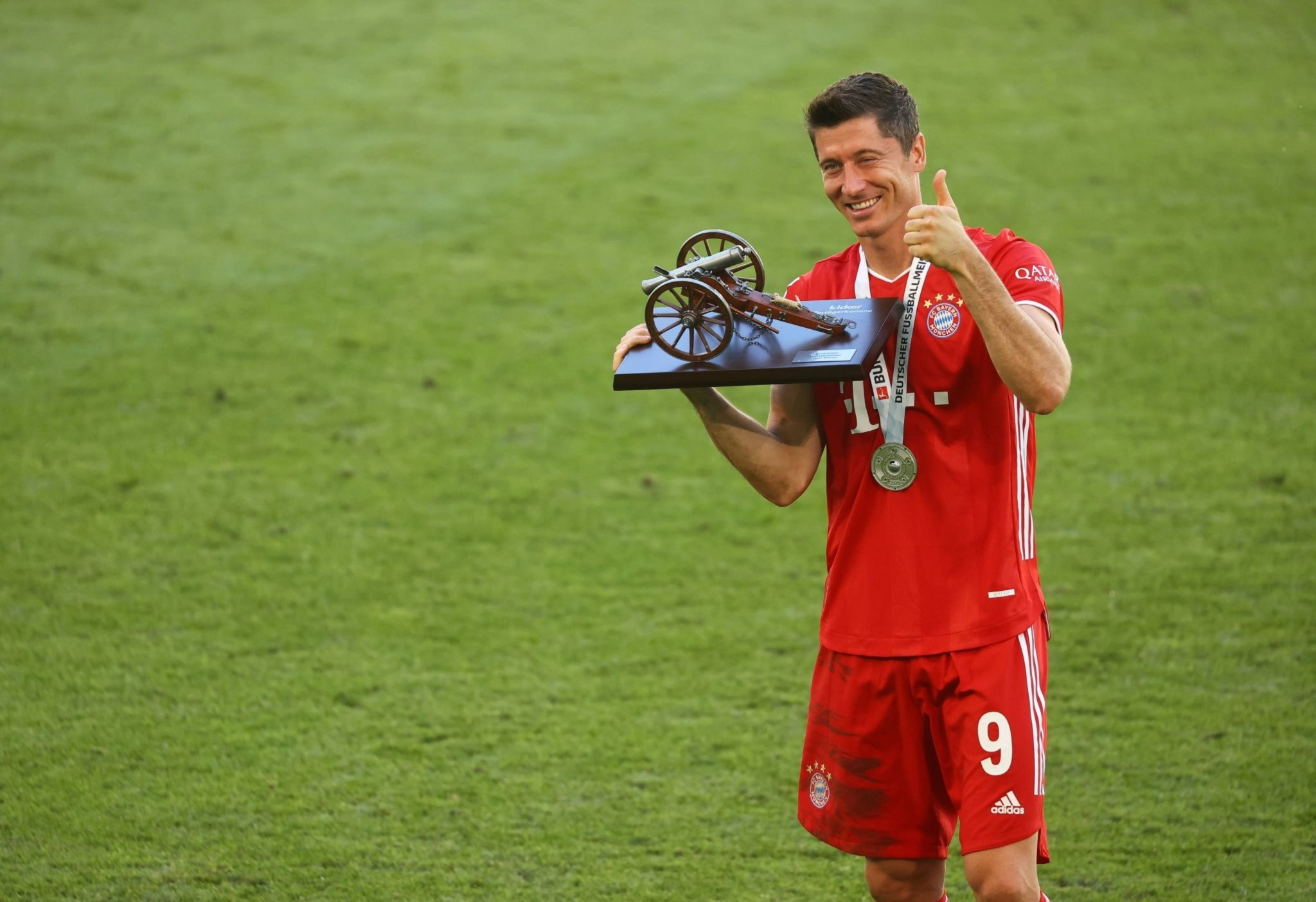 ليفاندوفسكى مع جائزة هداف الدوريي الالمانى (1)