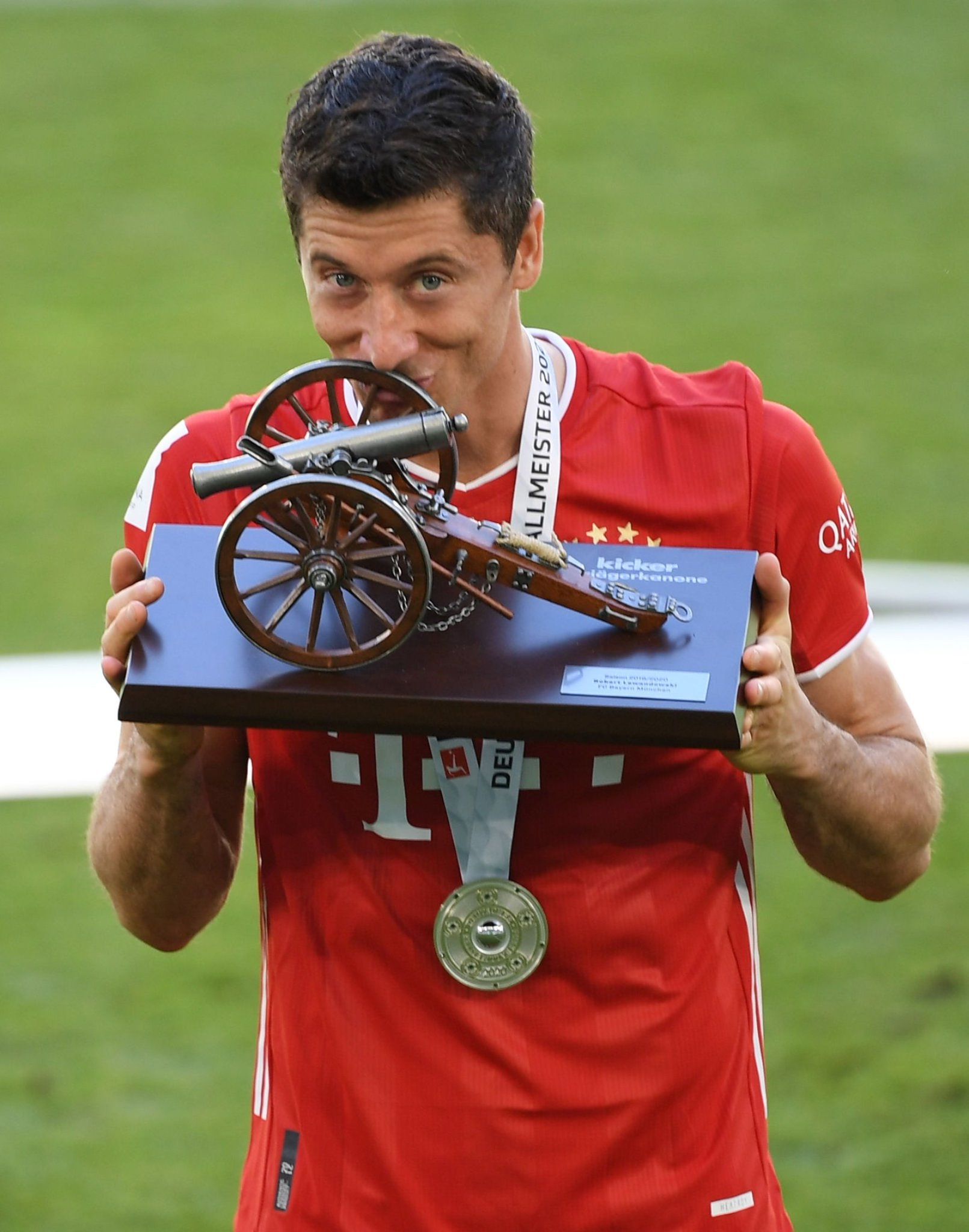 ليفاندوفسكى مع جائزة هداف الدوريي الالمانى (4)