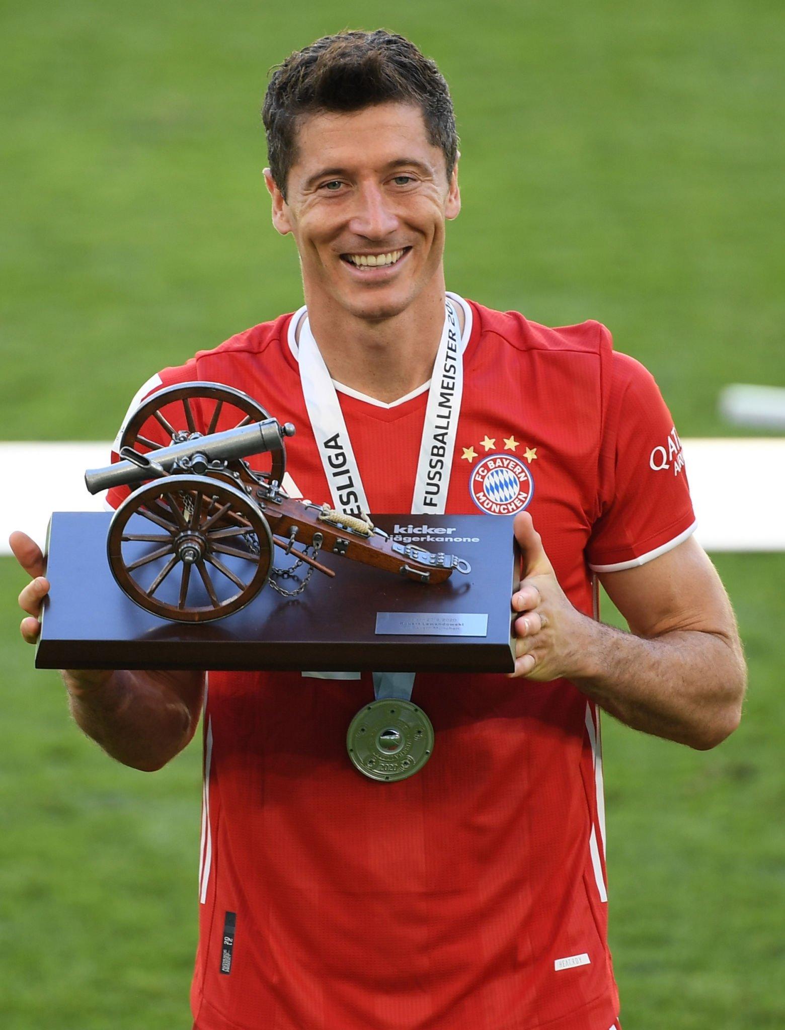ليفاندوفسكى مع جائزة هداف الدوريي الالمانى (3)