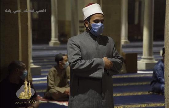 أحد المصلين يرتدى الكمامة