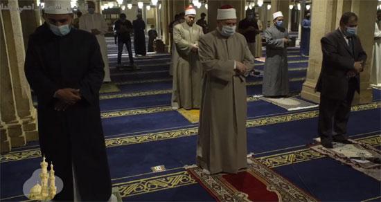 مسافات بين المصلين فى الجامع الأزهر