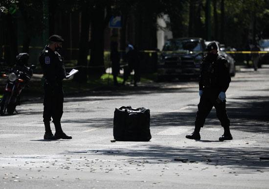 قوات الأمن تعاين موقع الحادث
