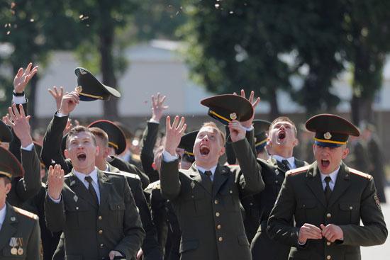 يحتفل الخريجون بعد حصولهم على الدبلومات في الأكاديمية العسكرية في روسيا البيضاء