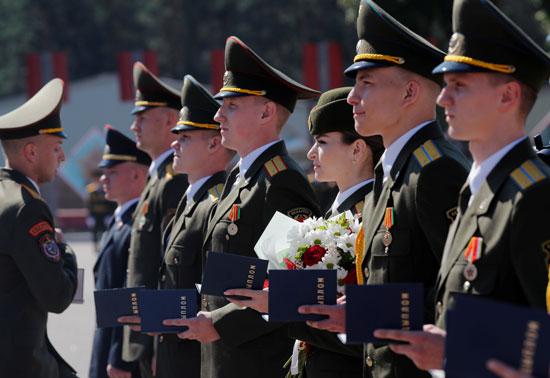 الخريجون يقفون في الطابور بعد حصولهم على الدبلومات في الأكاديمية العسكرية في روسيا البيضاء ، وسط تفشي مرض فيروس