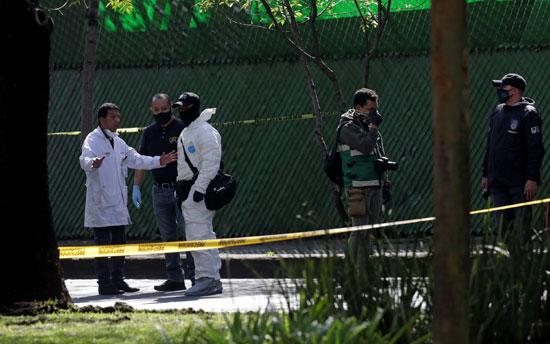 فريق البحث يعاين موقع الحادث