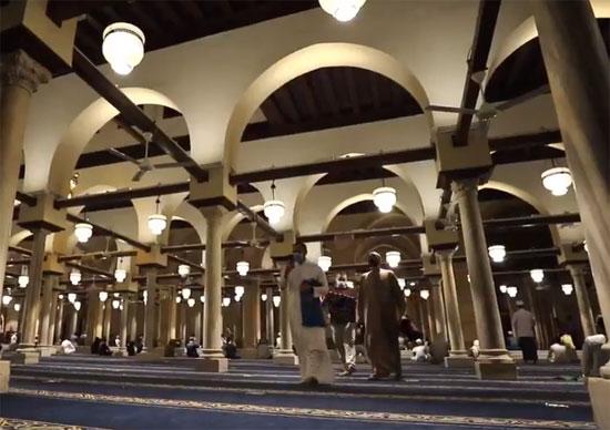 توافد المواطنين على المسجد