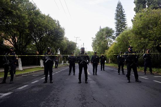 الشرطة المكسيكسة تفرض كردون أمنى على موقع الحادث