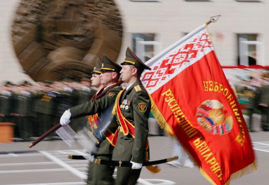 الضباط البيلاروسيون يسيرون بعلم أثناء حفل الدبلوم في الأكاديمية العسكرية في روسيا البيضاء