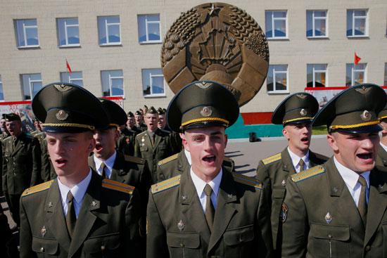 الخريجون يقفون في الطابور خلال حفل الدبلوم في الأكاديمية العسكرية في روسيا البيضاء