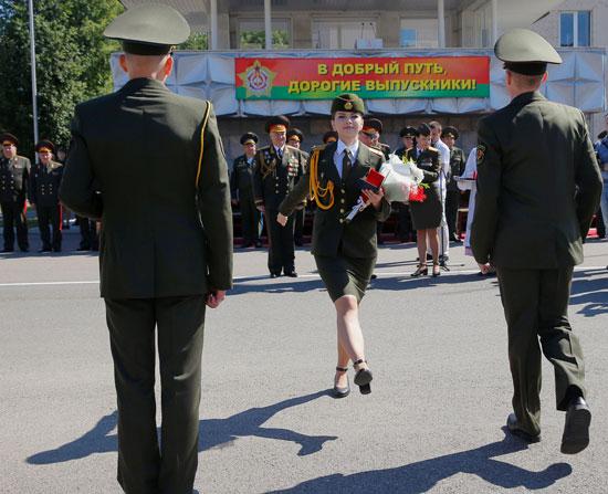 خريج يحصل على دبلوم في الأكاديمية العسكرية في روسيا البيضاء ،