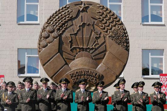 الخريجون يقفون في الطابور أثناء حصولهم على دبلومات في الأكاديمية العسكرية في روسيا البيضاء