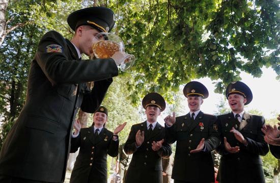 خريج يشرب الشمبانيا بعد حصوله على دبلوم في الأكاديمية العسكرية في روسيا البيضاء