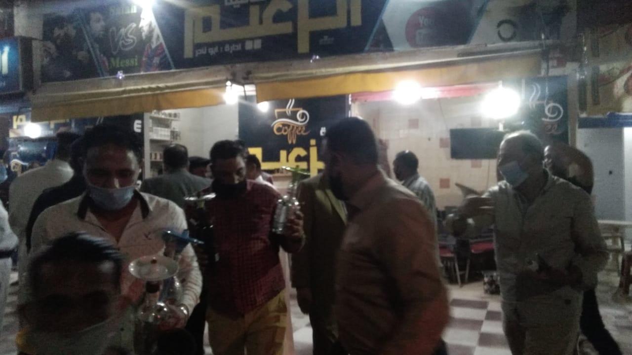 غلق أول مقهى مخالف بمدينة كفر الشيخ لعدم حظره الشيشة (7)