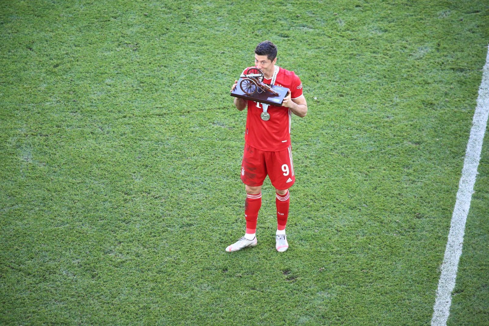 ليفاندوفسكى مع جائزة هداف الدوريي الالمانى (2)